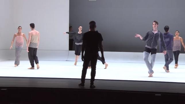 Bailarinos marcando palco em Chroma