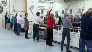 Idosos têm oficinas de dança e interpretação no English National Ballet