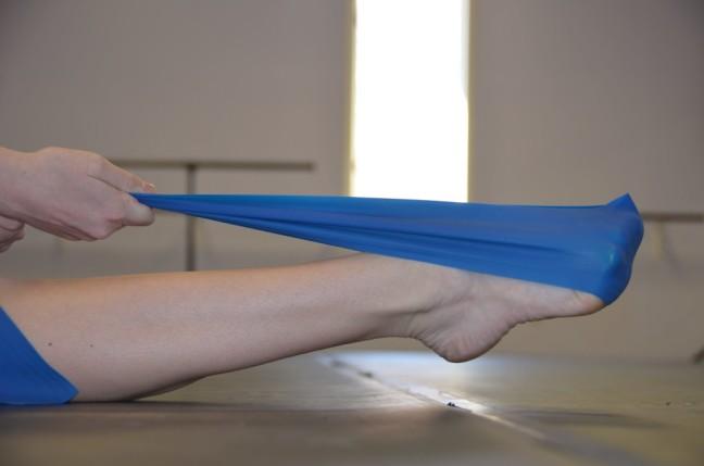 Alongar os pés com theraband é um dos exercícios propostos