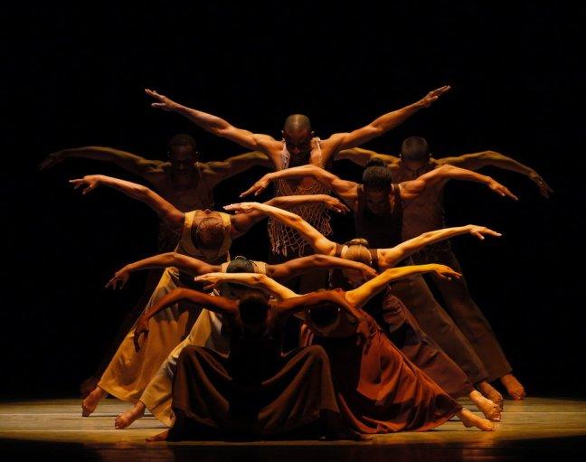 """Bailarinos da companhia Alvin Ailey em """"Revelations"""". (Foto: Paul Kolnik)"""
