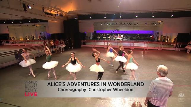 Entrada precisa das cartas d baralho em Alice (Foto: Reprodução/YouTube)